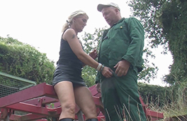 Housewife giving farmers a hand - סרטי סקס