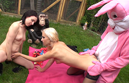 Bunny gets to fuck two hot amateur girls outdoor - סרטי סקס