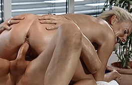 Blonde milf gets it rough on the massage table - סרטי סקס